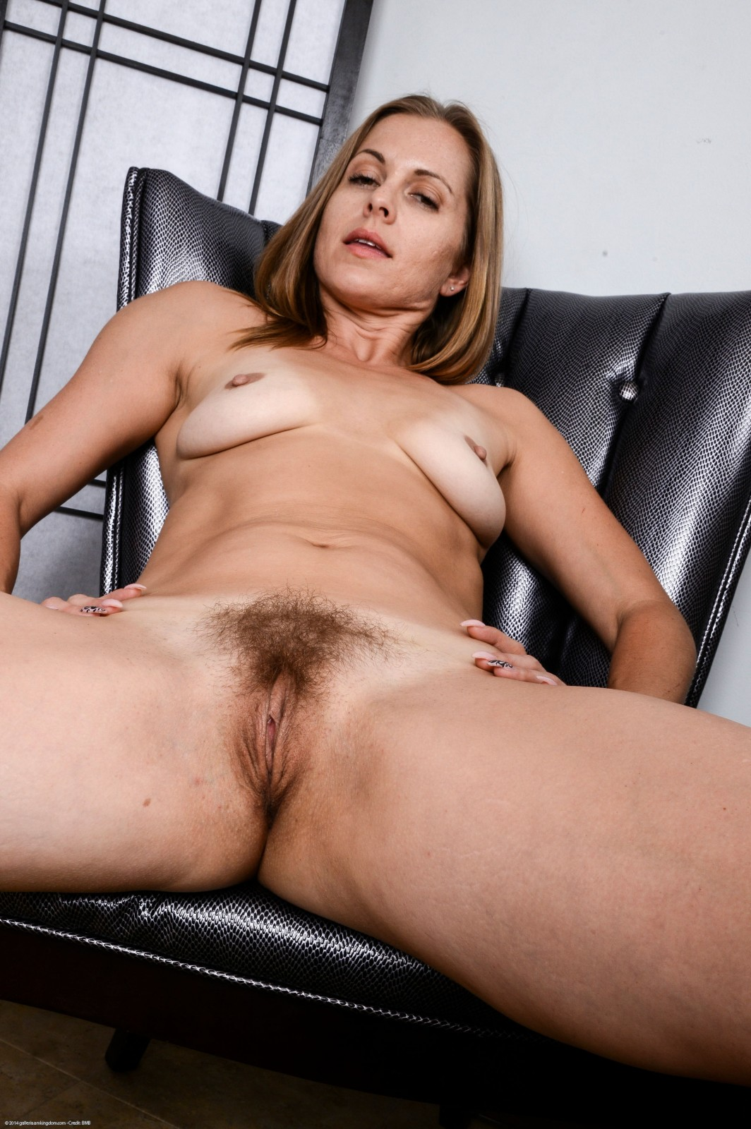 Mature milf showing pussy