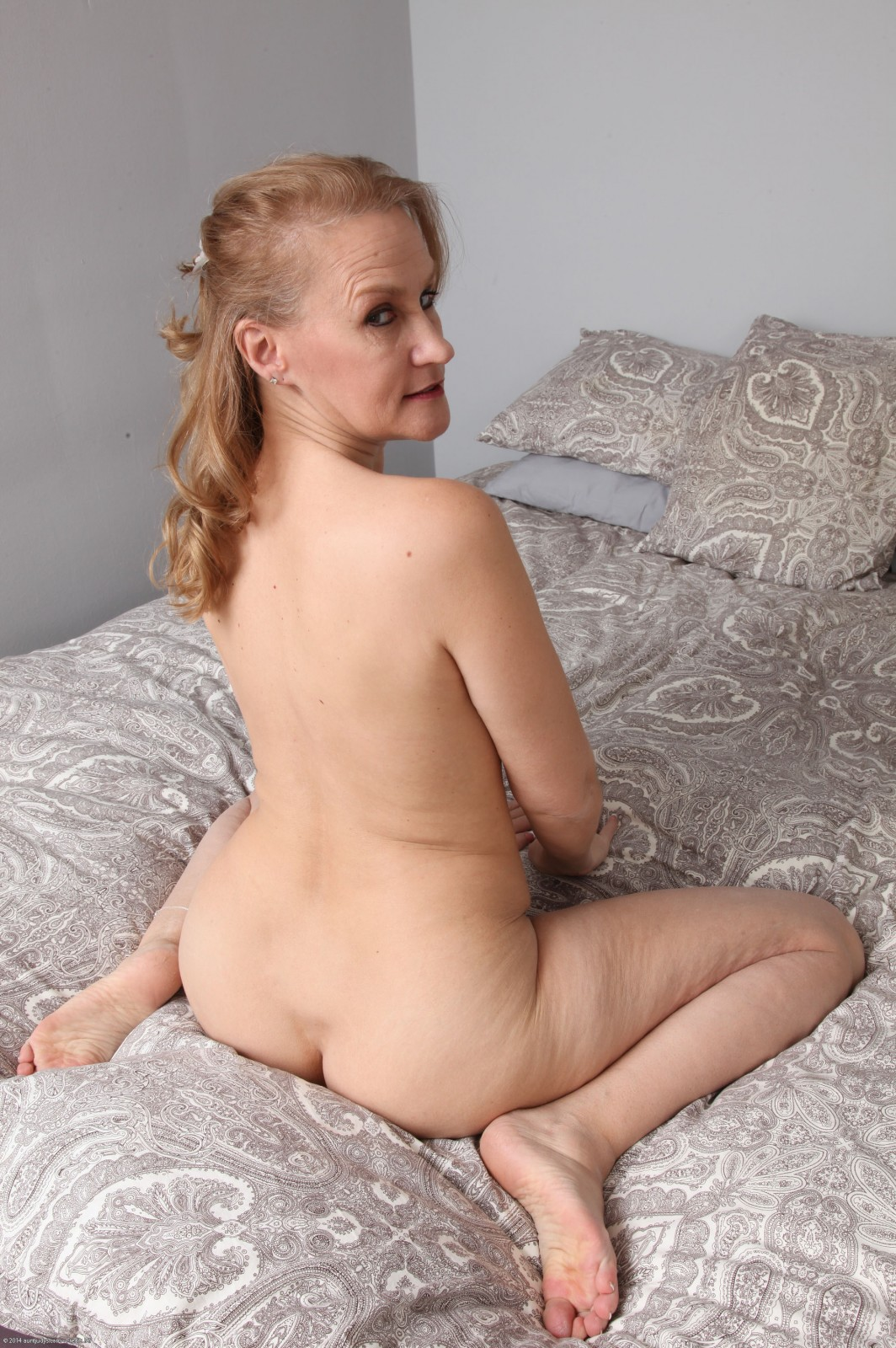 Mature housewife still likes to play with herself 5